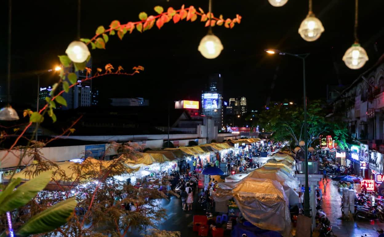 Một góc nhìn của chợ Bến Thành về đêm ở Sài Gòn