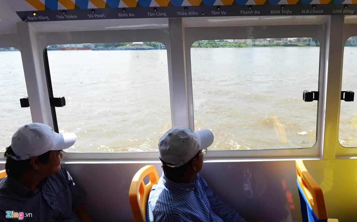 Khách du lịch trải nghiệm chuyến tàu