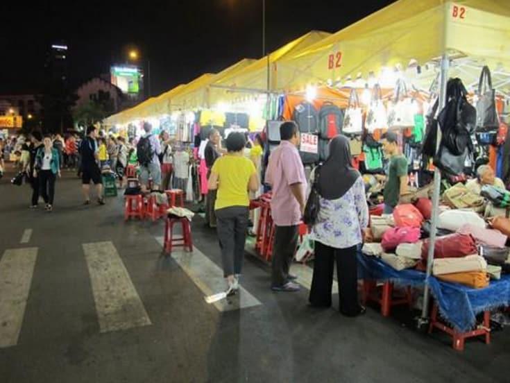 Các gian hàng buôn bán đủ mọi thứ tại chợ đêm này