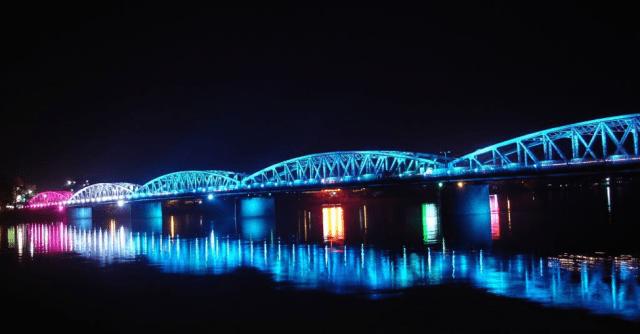 Cầu Tràng Tiền rực rỡ bên sông Hương