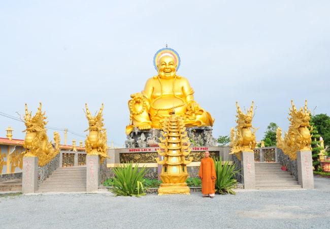 Ngôi chùa với màu vàng rực rỡ (Ảnh: ST)