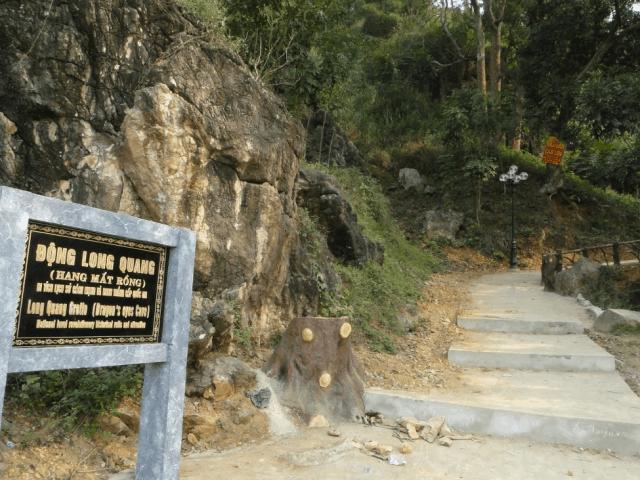 Lối vào động Long Quang (hang Mắt Rồng )