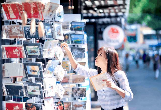 Các khách du lịch đến tham quan và đọc sách ở đường sách Nguyễn Văn Bình (Ảnh: Sưu tầm)