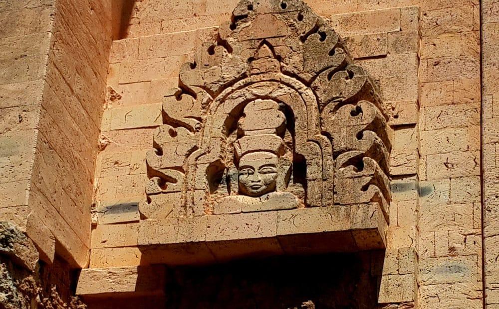 Hoa văn được chạm khắc trên ngôi tháp cổ (Ảnh: ST)