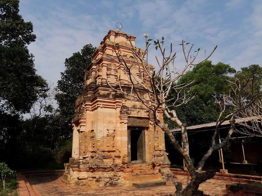 Một trong các điểm du lịch ở Tây Ninh đẹp Tháp cổ Bình Thạnh (Ảnh: ST)
