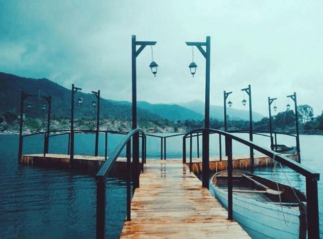 Chụp ảnh ở cây cầu gỗ