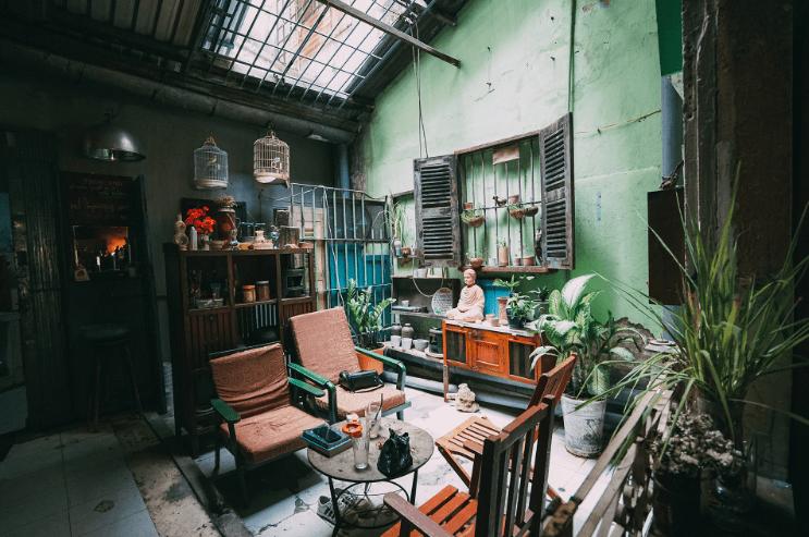 Bên trong quán cà phê 81