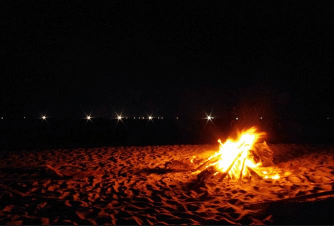 Quầy quần bên lửa trại về đêm