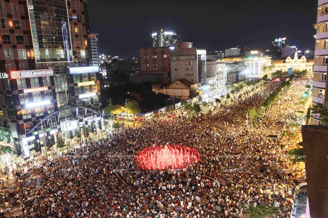 Phố đi bộ Nguyễn Huệ là nơi thu hút rất nhiều người đến vui chơi