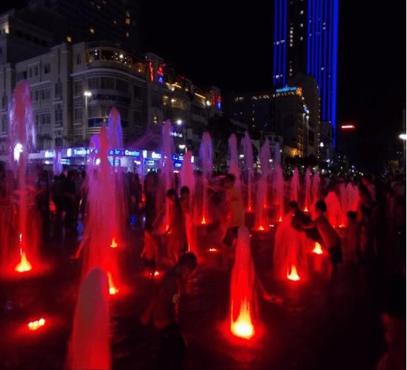 Nhạc nước độc đáo vào buổi tối