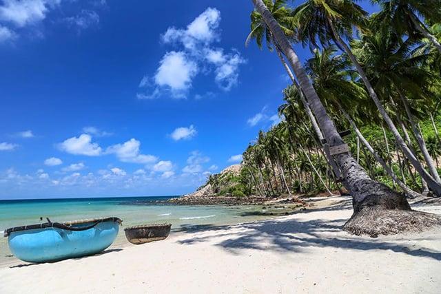 Bãi Cây Mến với những rặng dừa tỏa bóng tại hòn đảo Nam Du (Ảnh: Sưu tầm)