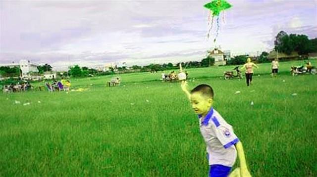Trẻ em vui đùa cùng cánh diều (Ảnh: ST)