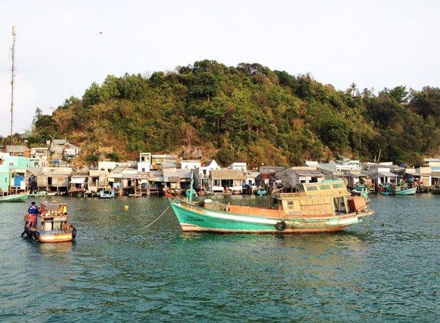Tàu cá mang nguồn hải sản phong phú về với cầu cảng ở Bãi Chệt (Ảnh: Sưu tầm)