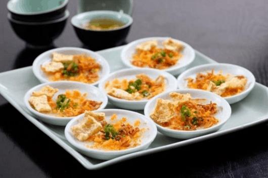 Chợ 200 Xóm Chiếu có nhiều món ăn vặt tuyệt ngon mà bạn nên thử khi tới Sài Gòn (Ảnh ST)