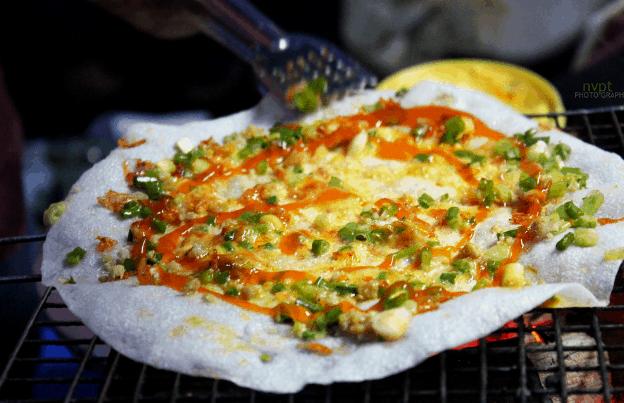 Bánh tráng nướng là một món ăn ngon nổi tiếng ở Sài Gòn (Ảnh ST)