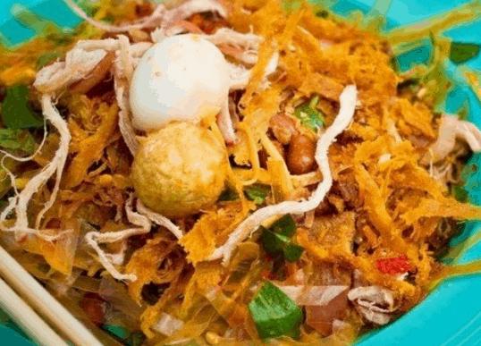 Món bánh tráng trộn là một trong những món ăn vặt ngon ở Sài Gòn
