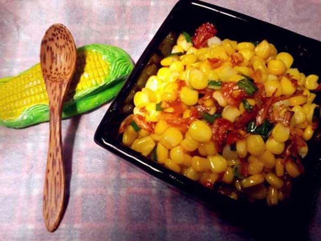 Món ăn vặt TPHCM bắp xào bóng bẩy hấp dẫn (Ảnh: ST)