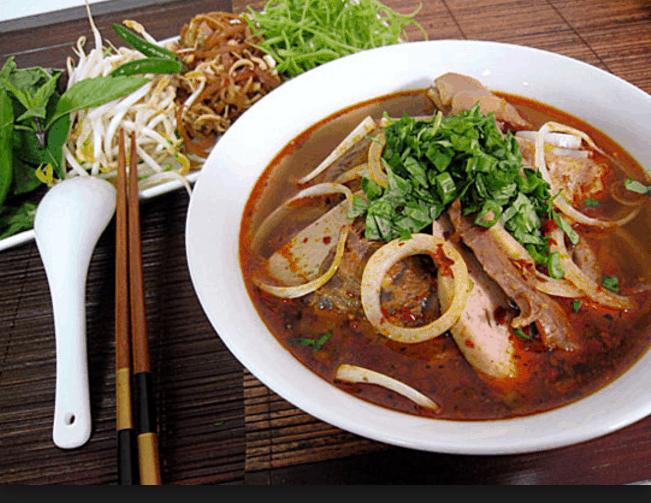 Món bún bò Huế giúp bữa tối ở Sài Gòn của bạn thêm đậm đà hương vị