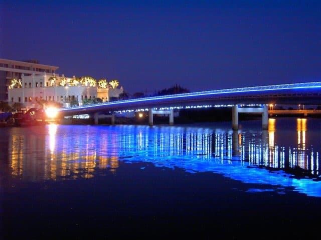 Hồ Bán Nguyệt - cầu Ánh Sao sáng lấp lánh