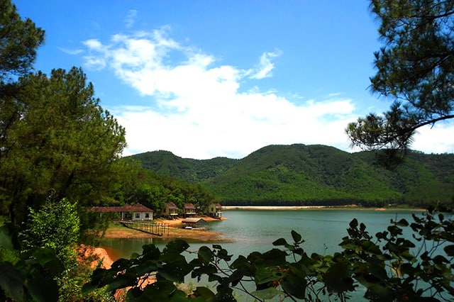 Quanh hồ Trại Tiểu có cây cối xanh tốt, không khí trong lành