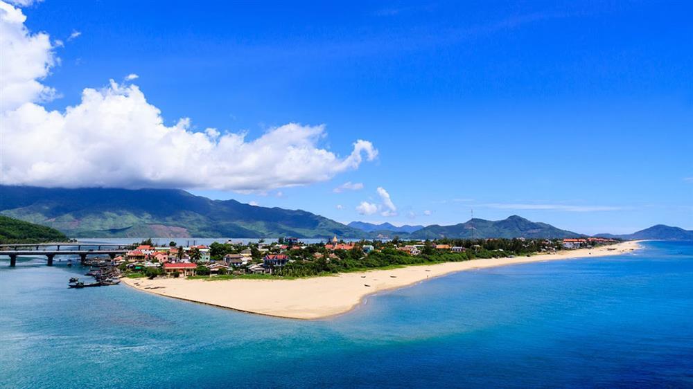 Bãi biển Chân Mây - Vịnh Lăng Cô