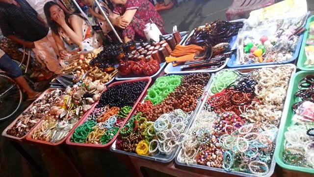 Chợ đêm với đủ các loại mặt hàng (Ảnh: Sưu tầm)