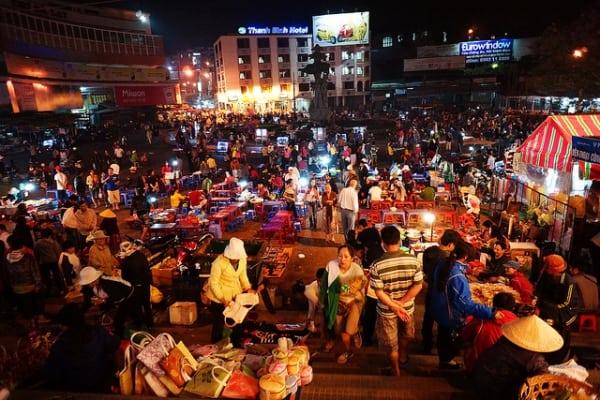 Chợ đêm đông đúc và lấp lánh ánh đèn (Ảnh: Sưu tầm)