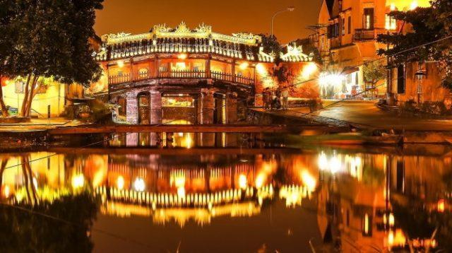 Cảnh chùa cầu về đêm