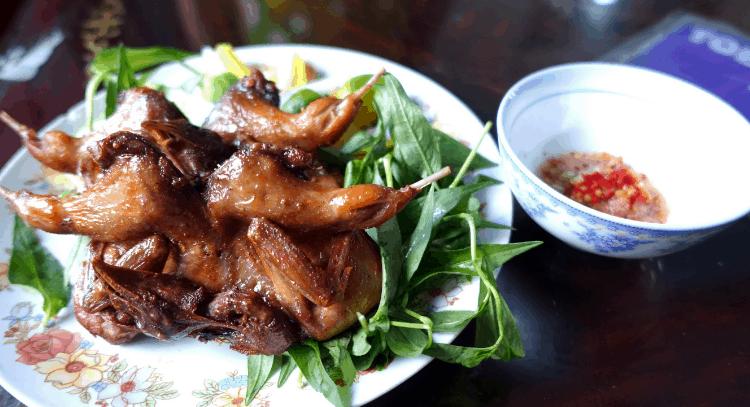 Cút chiên bơ là một trong những món ngon mà bạn nên thử ở Sài Gòn (Ảnh ST)