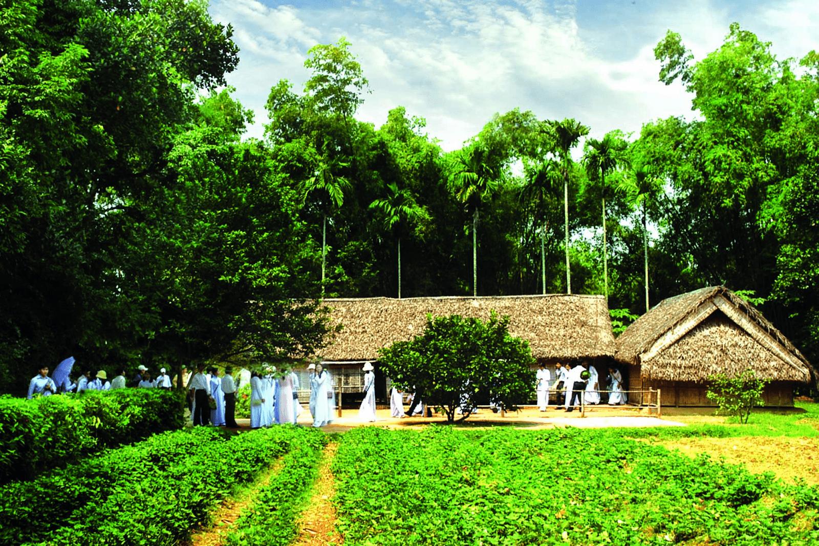 Đoàn người ghé thăm ngôi nhà tại Làng sen quê Bác