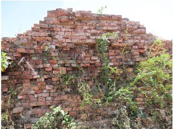 Bức tường thành cổ Quảng Trị đổ nát còn sót lại