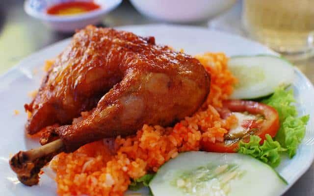 Cơm gà xối mỡ là món ăn ẩm thực thu hút nhiều du khách thưởng thức