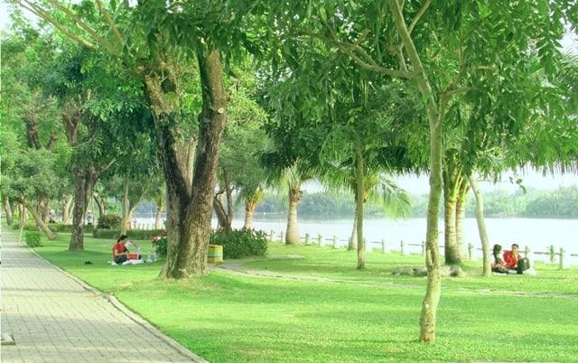 Công viên xanh mát bên hồ Bán Nguyệt quận 7