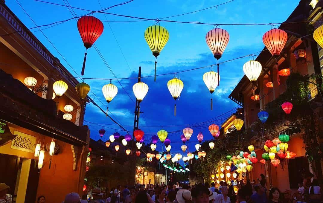 Hội An về đêm lung linh rực rỡ dưới ánh sáng của hàng trăm đèn lộng giăng khắp cả khu phố
