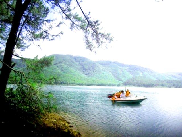 Đi thuyền trên hồ Trại Tiểu