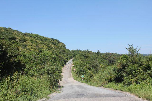 Đường lên đỉnh Bàn Cờ chỗ thông thoáng, chỗ phủ kín cây