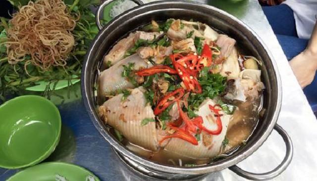 Những lát cá đuối được ăn cùng với những lọn rau vừa chín tới quyện thêm một lớp đậu váng ăn ngon vô cùng (Ảnh sưu tầm)