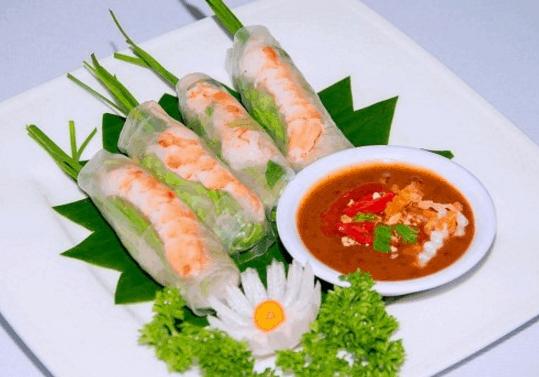 Gỏi cuốn là món ăn vặt nức tiếng ở Sài Gòn (Ảnh ST)