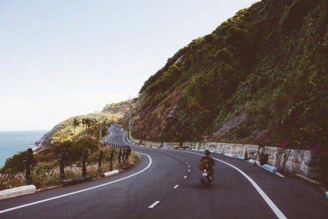 """""""..Con đường uốn lượn trải dài theo triền núi dẫn đến chân ngọn núi Đèn"""" (Ảnh sưu tầm)"""