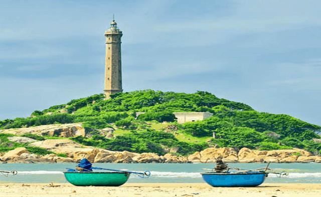 Hình ảnh ngọn hải đăng kiêu hãnh bên bờ biển ở đảo Nam Du (Ảnh: Sưu tầm)
