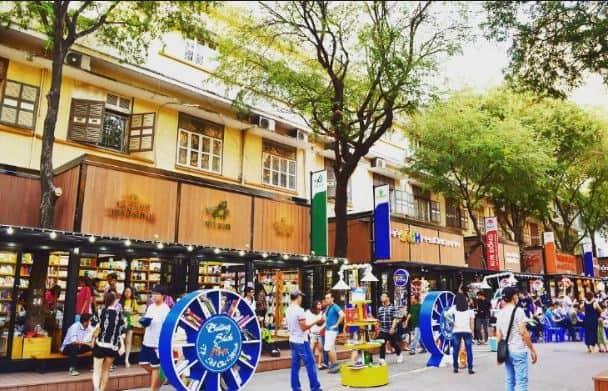 Đường sách là địa điểm du lịch Sài Gòn nổi tiếng (Ảnh: Sưu tầm)
