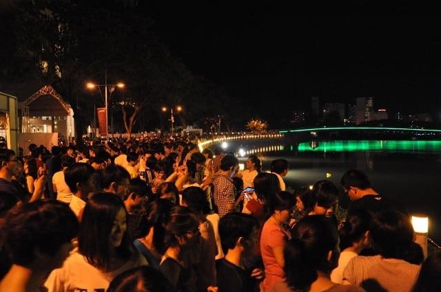 Người dân đến chơi đông đúc bên hồ Bán Nguyệt Phú Mỹ Hưng quận 7