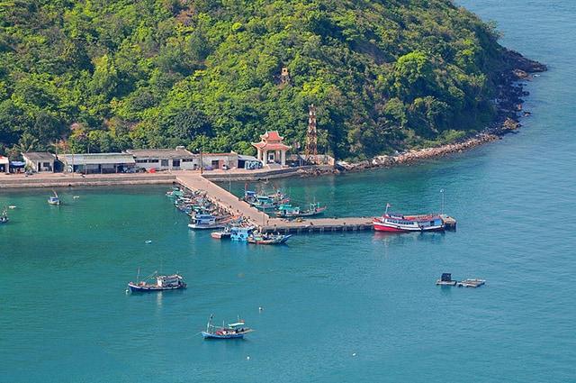 Du lịch Hòn Ngang có cầu cảng đông đúc (Ảnh: Sưu tầm)