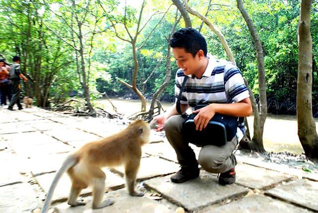 Khách du lịch đảo khỉ Cần Giờ cho Khỉ ăn (Ảnh: ST)