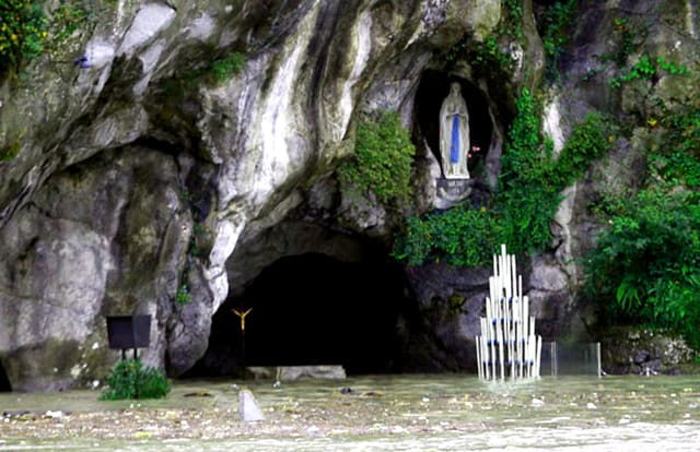Không gian cửa hang Đức mẹ (Ảnh: ST)
