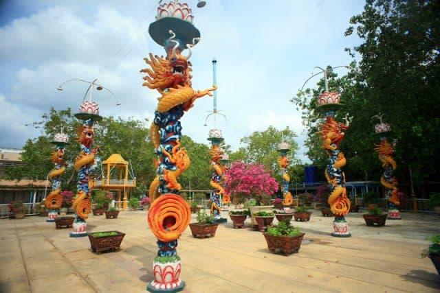 Những cột trụ khắc hình rồng đẹp mắt