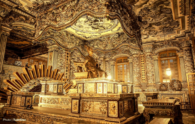 Bửu tán, tượng và thi hài vua Khải Định bên trong cung điện