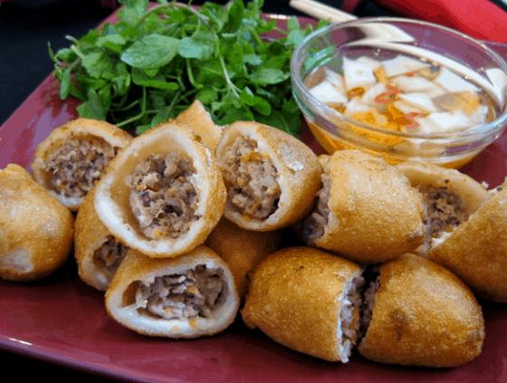 Món ăn vặt là một trong những khoái khẩu của giới trẻ ở Sài Gòn (Ảnh ST)