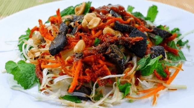 Món bánh tráng trộn là một món ăn vặt được người Sài Gòn yêu thích (Ảnh ST)
