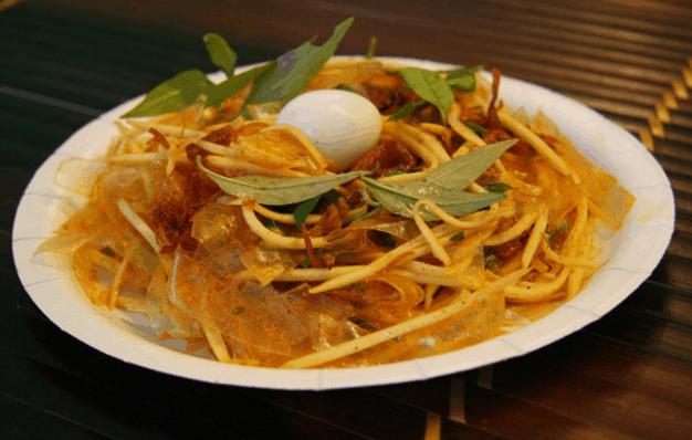 Bánh tráng trộn là món ăn ngon nức tiếng ở Sài Gòn